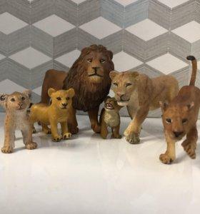 Пластмассовая семейка львов