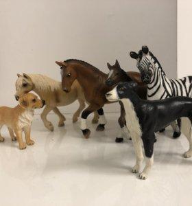 Пластмассовые лошади и собаки
