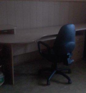 Офисный стол с выдвижной полкой для клавиатуры