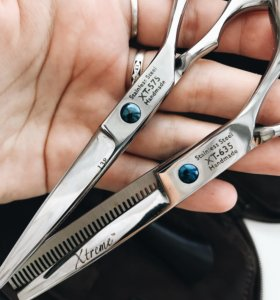 2 пары парикмахерских ножниц в кожаном чехле