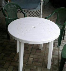 Пластиковые стулья и стол