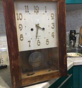 Старинные часы с маятником