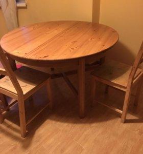 Стол IKEA и два стула.