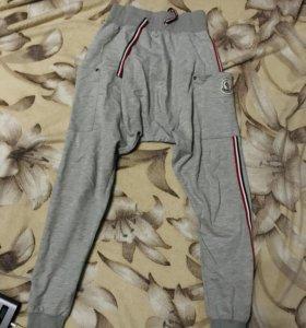 Спортивные штаны фирмы Moncler