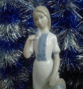 Статуэтка Девушка с птичкой фарфор