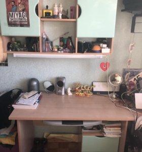 Стол письменный и навесной шкаф