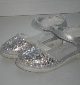 Продам нарядные туфли на девочку,размер 25