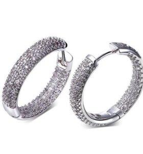 Серьги кольца с сияющими цирконами.