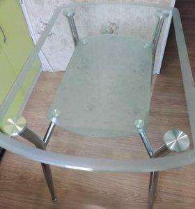 Обеденный стеклянный стол.