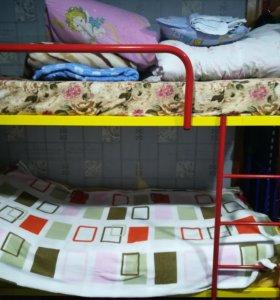 Двухьярусная железная кровать