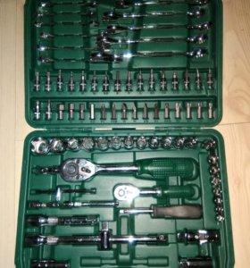 Набор инструментов в чемодане и кейсе