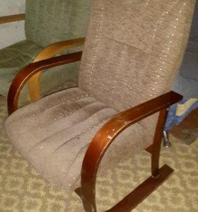 Кресло - с деревянными подлокотниками