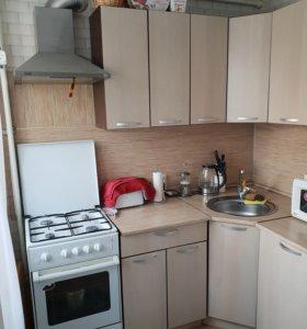 Кухонный гарнитур вместе с газовой плитой