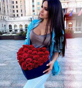 Красные розы в синей коробке