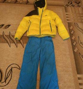 Куртка и горнолыжные брюки.
