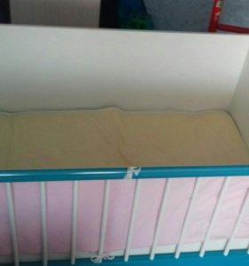 Кроватка детская с маятником и матрацом.