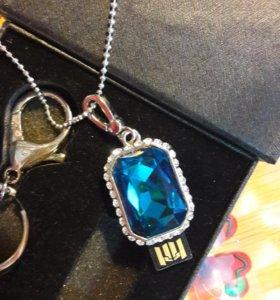 Флешка новая в украшении на серебрянной цепочке