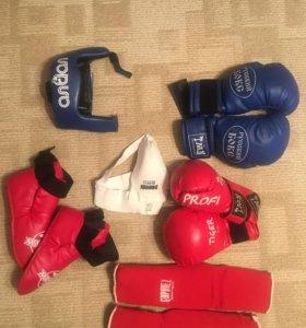 Боксерские перчатки, шлем, бандаж, защитки