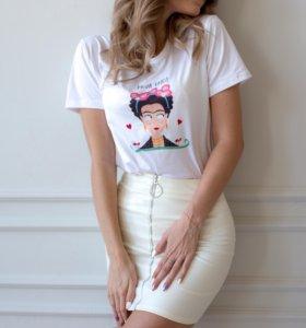 Кожаная юбка и футболка с Фридой