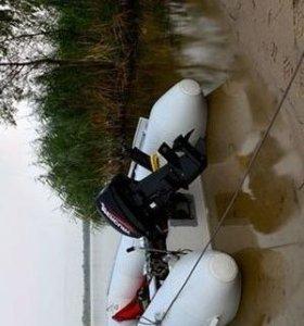 лодку надувную с мотором.