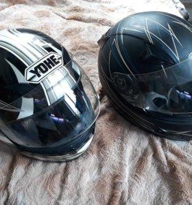 Шлем и перчатки для мотоциклиста.