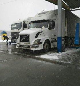 Сцепку: тягач Volvo VNL 670 и полуприцеп Schmitz