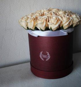 35 мыльных роз в шляпной коробке