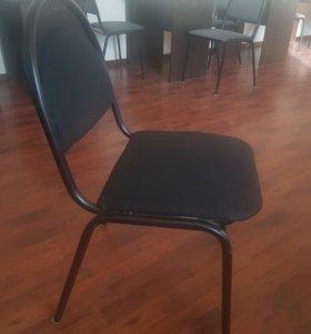 Серые и черные стулья