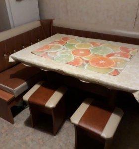 Кухонный уголок с 2 табуретами и столом