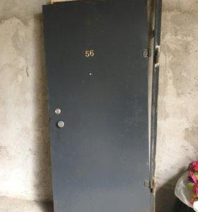 Дверь входная, металическая.