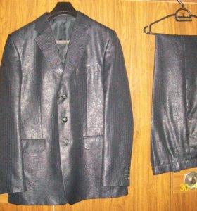 Красивый костюм чёрного цвета .