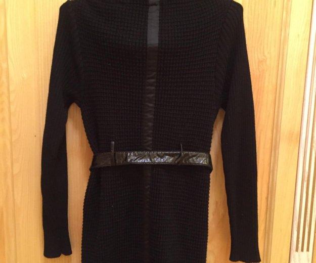 Вязанное пальто с меховым воротником. Фото 2.
