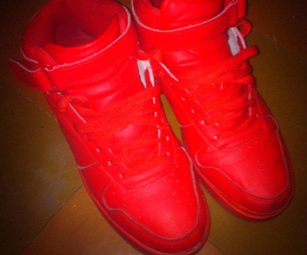 Красные кроссовки. Фото 1. Санкт-Петербург.