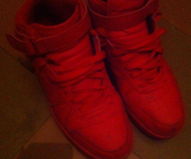 Красные кроссовки. Фото 2. Санкт-Петербург.