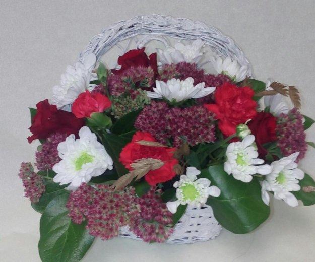 Композиция из живых цветов в корзине. Фото 1.