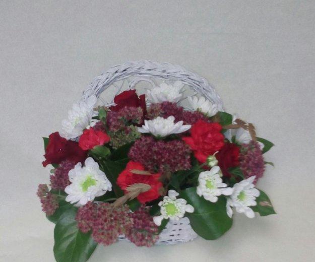 Композиция из живых цветов в корзине. Фото 2.