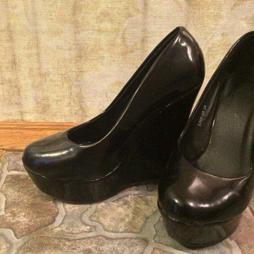 Черные лаковые туфли на платформе. Фото 1.