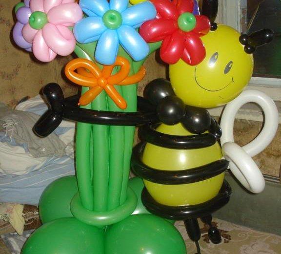 Пчелка с букетом из воздушных шариков. Фото 1. Омск.