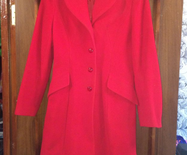 Женское красное пальто. Фото 1.