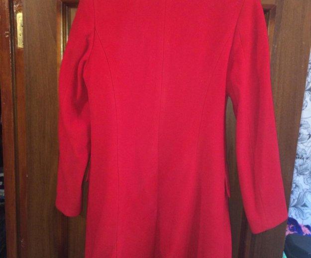 Женское красное пальто. Фото 2.
