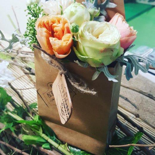 Цветы в крафт пакете. Фото 1. Москва.