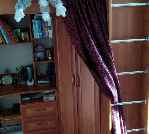 Кровать со шкафом и столом. Фото 2.