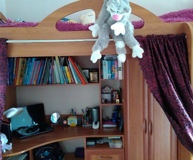 Кровать со шкафом и столом. Фото 3.