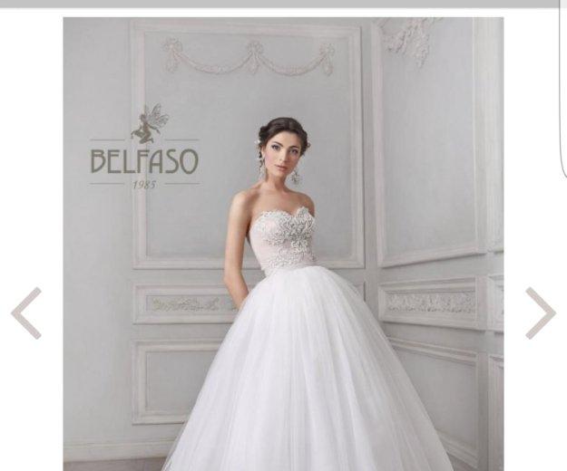 Счастливое свадебное платье со шлейфом. Фото 1. Видное.