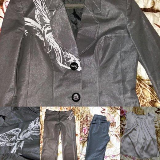 Продам 2 костюма по цене одного. Фото 1. Владивосток.