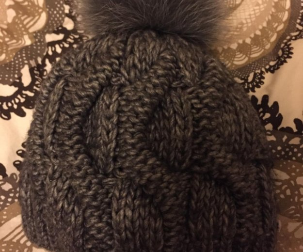 Вязаная шапка с помпоном из натурального меха. Фото 1. Санкт-Петербург.