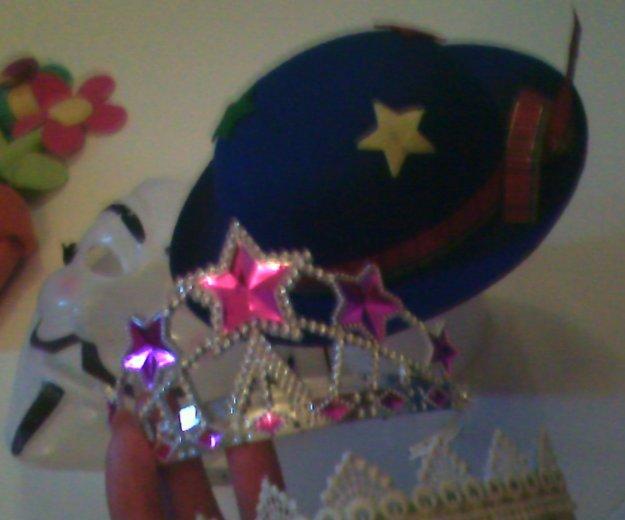 Короны, маска, шляпка. Фото 3. Москва.