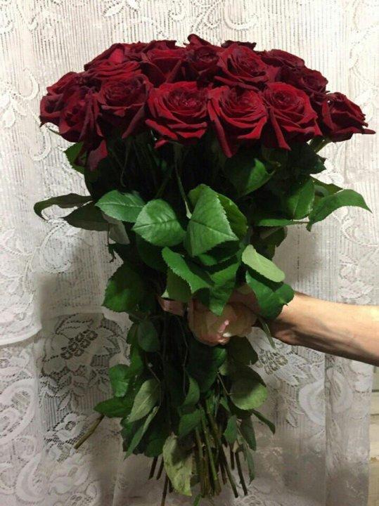 Состав букет красных роз в руками, растения