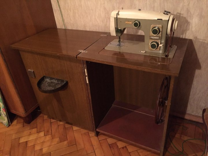 Швейная машинка в тумбе картинки