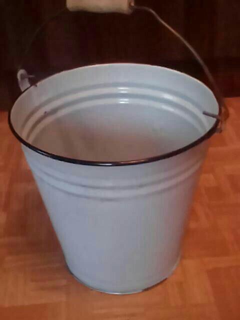 Посуда из эмалированной стали может применяться для приготовления пищи только до тех пор, пока эмалевое покрытие абсолютно целое, без сколов и трещин.